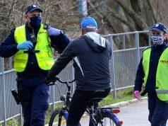 Na zdjęciu: patrol policji zatrzymuje rowerzystę